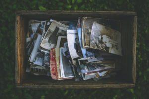 kuvassa vanhoja valokuvia puulaatikossa