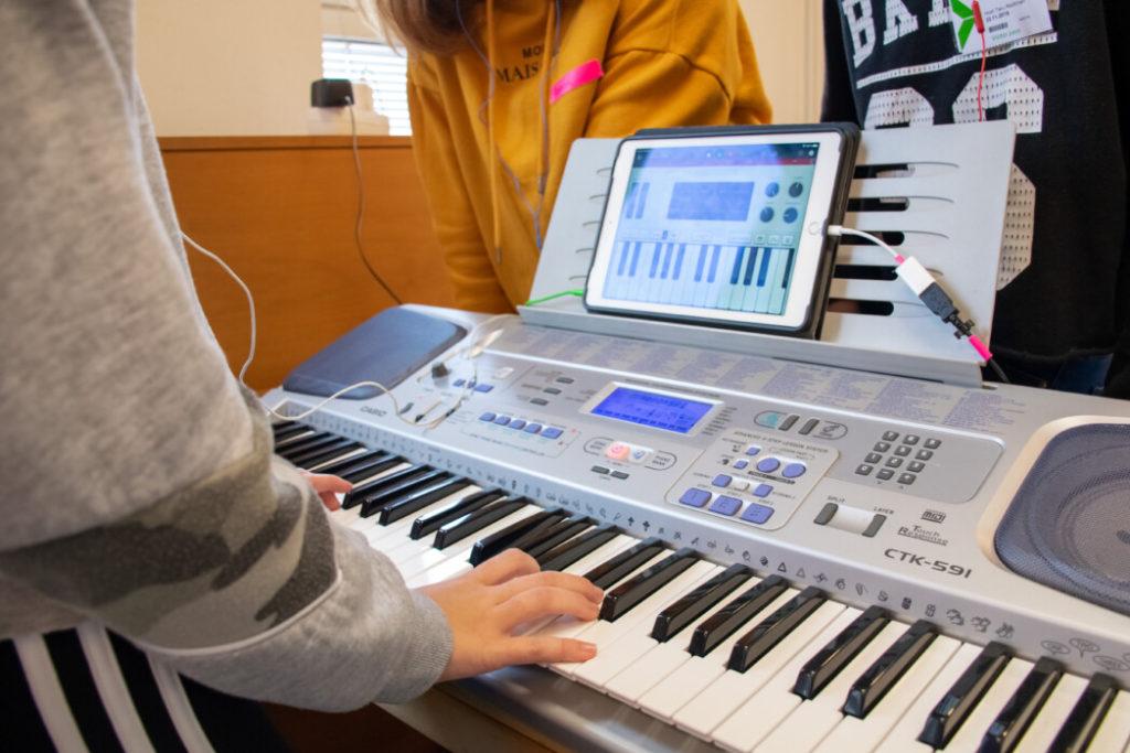 Lapsi soittaa syntetisaattoria